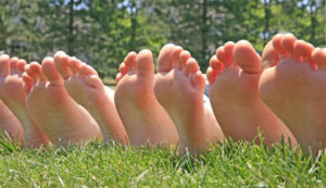 лодыжки трава
